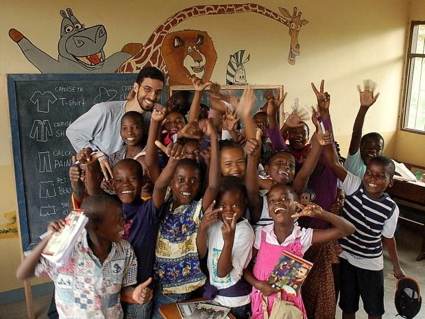 Professor de S. José passa temporada dando aulas voluntariamente na África (Foto: Arquivo Pessoal/Glauco Santos)