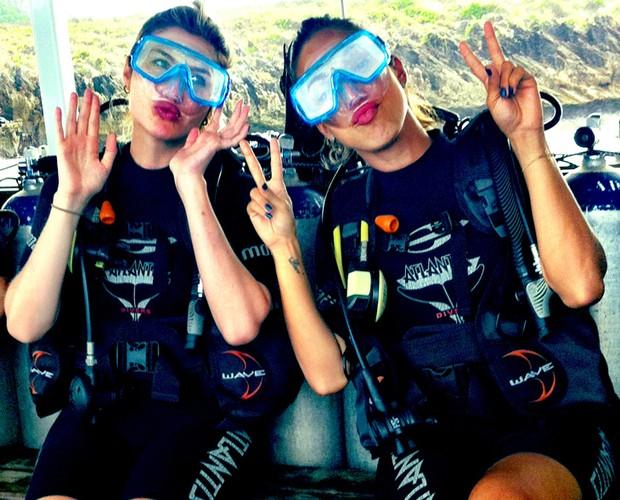 Julia Faria e Tatliha Morete se preparam para mergulhar pelas águas de Noronha (Foto: Arquivo Pessoal)