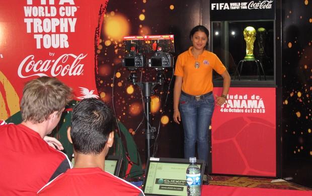 Panamenhos recebem a taça da Copa do Mundo (Foto: Diogo Venturelli / GLOBOESPORTE.COM)