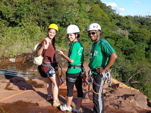 Taynara desce de rapel no Salto Majestoso, em Costa Rica (Foto: TV Morena)
