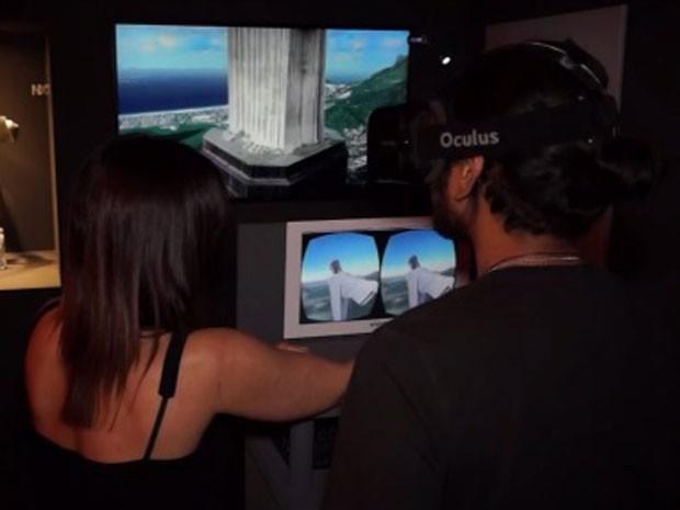 Com óculos de realidade virtual, usuário pode aproximar-se e afastar-se da estátua, olhar para cima e para os lados, subir e fazer giros de 360 graus (Foto: Reprodução/NEXT Puc Rio/Divulgação)