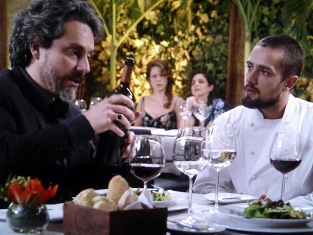 Cora aproveita para envenenar a relação dos dois  (Foto: Império/TV Globo)