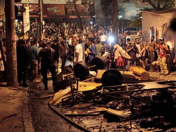 Manifestação no morro Pavão Pavãozinho, na Zona Sul do Rio, em protesto após a morte do dançarino do programa 'Esquenta' Douglas Rafael da Silva Pereira, conhecido como DG, de 25 anos (Foto: Marcelo Piu/Agência O Globo)