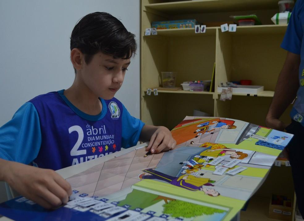 Maurício Martins, de 11 anos, é o filho mais velho de Adely (Foto: Fabiana Figueiredo/G1)