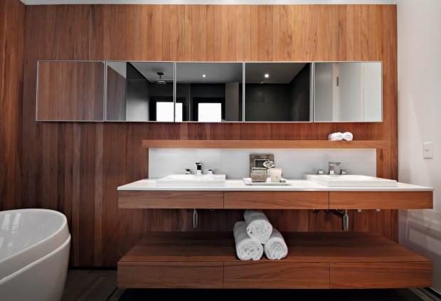 Posicionados lado a lado, os espelhos criam uma faixa horizontal que vai de encontro às linhas retas presentes em todo o cômodo (Foto: Salvador Cordaro / Editora Globo)
