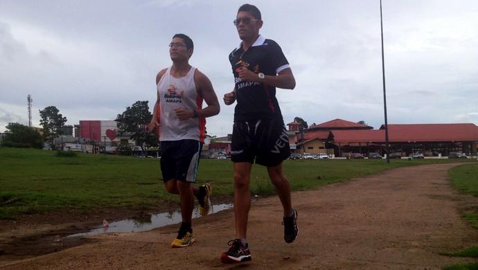 Railson praticando corrida rua ao lado do irmão Rarison  (Foto: Jonhwene Silva/GE-AP)