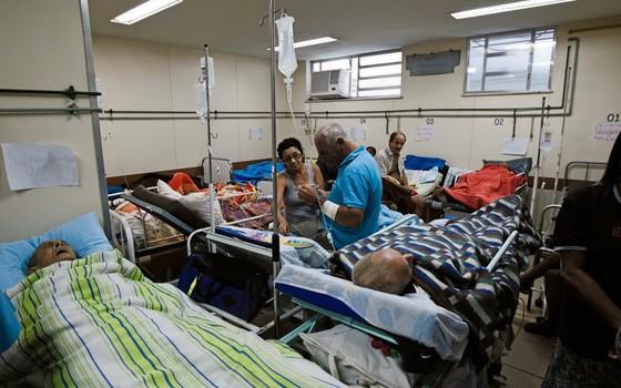 Pessoas na sala de observação do Pronto Socorro Municipal de São Gonçalo, região metropolitana do Rio de Janeiro. (Foto:  Daniel Marenco/Folhapress)