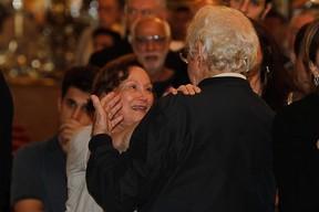 Nicete Bruno recebe o carinho de Juca de Oliveira no velório de Paulo Goulart em São Paulo (Foto: Amauri Nehn e Marcos Ribas/ Foto Rio News)