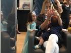 Ex- BBB Adriana Sant'Anna posa amamentando enquanto se produz