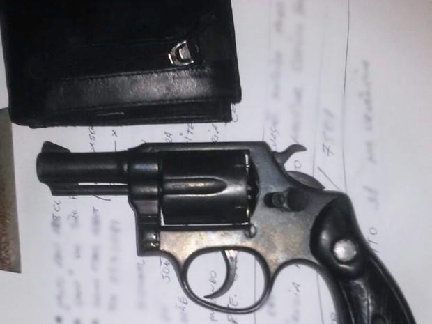 Após a troca de tiros, a arma de um dos assaltantes foi apreendida e a carteira do PM encontrada na estrada (Foto: PM/Divulgação)