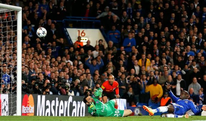 Demba Ba Chelsea x PSG (Foto: Reuters)