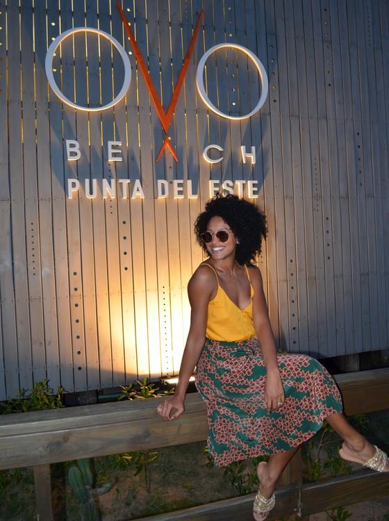 A atriz celebra a ótima notícia no resort Enjoy Punta del Este, no Uruguai (Foto: Victor Fiaux)