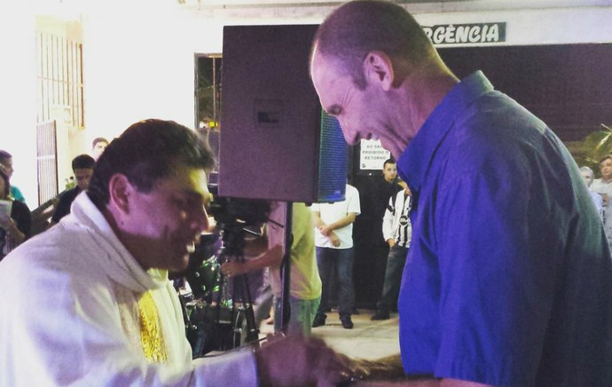 Gilmar Dal Pozzo, técnico do ABC, recebe bênção do padre Murilo (Foto: Divulgação/ABC)