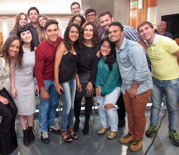 Fátima Bernardes tira foto com a plateia do programa (Foto: Carolina Morgado/Gshow)