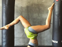 Isis Valverde usa top e shortinho para  ioga e posa de cabeça para baixo