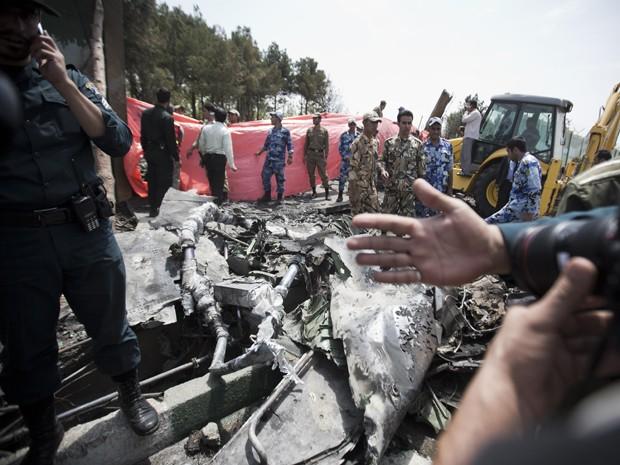 Forças de segurança iranianas pede para que não façam fotos dos destroços do avião (Foto: AFP)