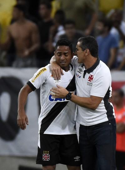 Após o gol, Jorge Henrique abraça Jorginho: treinador elogiou atacante (Foto: André Durão)