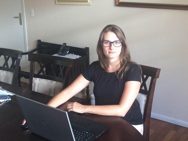 Geóloga, que mora em Curitiba, foi demitida em julho e têm garantido o orçamento como freelancer (Foto: Arquivo pessoal)
