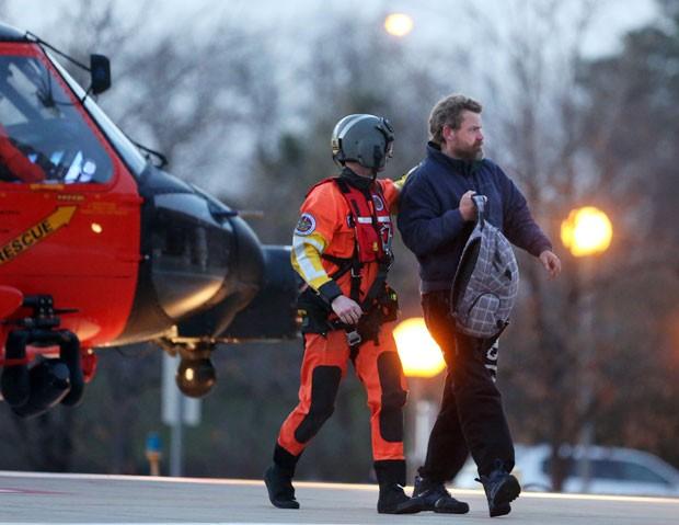 Louis Jordan desde de helicóptero de resgate (Foto: AP/The Virginian-Pilot, Steve Earley)