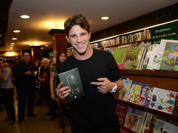 Rômulo Neto em lançamento de livro no Rio (Foto: Léo Marinho/ Ag. News)