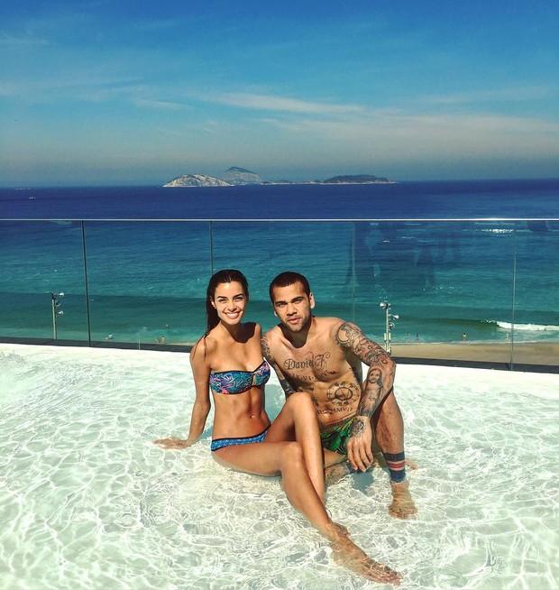 Daniel Alves com a namorada (Foto: Reprodução/Instagram)