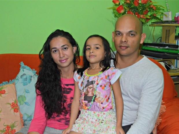 Mãe e filha passaram por um cirurgia para implantar o dispositivo que retorna a audição (Foto: Tácita Muniz/G1)