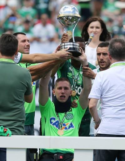 Follman com a taça de campeão sul-americano da Chape (Foto: Reuters)