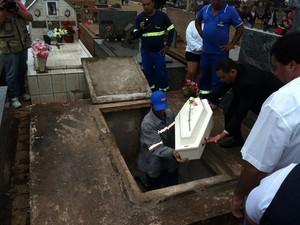 Gêmeos encontrados mortos são enterrados em Uberaba (Foto: Barbara Lemes/G1)