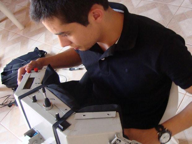 Estudante pretende tornar cadeira independente de botões (Foto: Daniela Ayres)