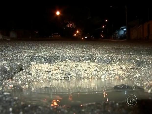 'Vou processar prefeitura', diz policial que caiu em buraco de rua em Tatuí (Foto: Reprodução / TV TEM)