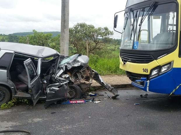 Carro e ônibus bateram de frente no Bairro Liberdade, em Divinópolis (Foto: PM/Divulgação)