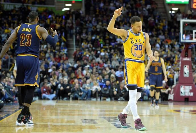 e4b51a5780 Stephen Curry comemora diante de LeBron James na vitória do Golden State  Warrios sobre o Cleveland