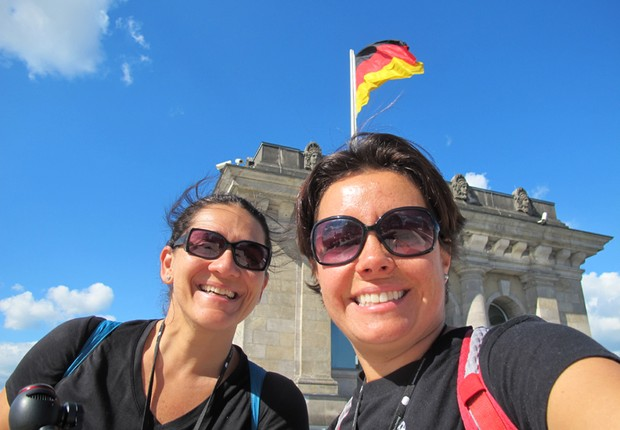 Taciana Mello e Fernanda Moura diante do Parlamento Alemão em Berlim (Foto: The Girls on the Road)