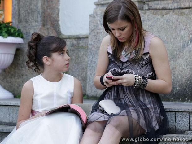 Lia descobre a mensagem de Sal e pede a ajuda de Olavo (Foto: Malhação/ TV Globo)