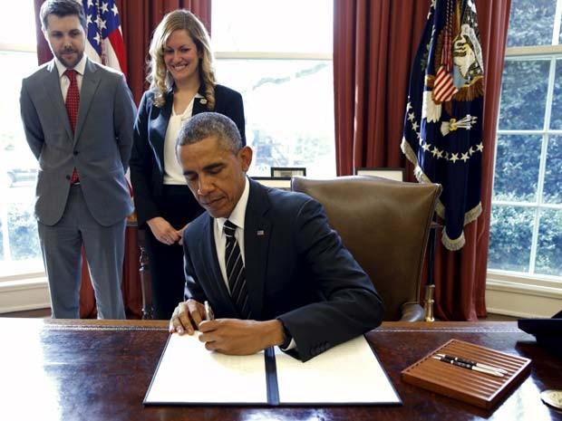 Obama assina nesta quinta-feira (19) decreto que prevê a redução das emissões de gases do efeito estufa pelo governo dos EUA (Foto: REUTERS/Kevin Lamarque)
