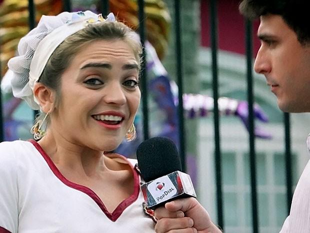 Socorro se realiza e dá entrevista falando de sua musa Chayene (Foto: Cheias de Charme / TV Globo)