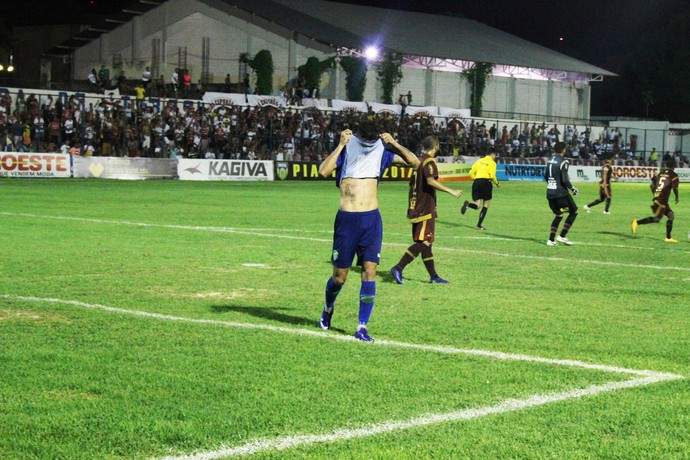 Manoel perde gol cara a cara com goleiro do River-PI (Foto: Renan Morais)