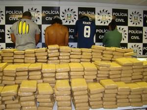 Três pessoas foram presas por tráfico de drogas e um menor foi apreendido no RS (Foto: Divulgação/Denarc)