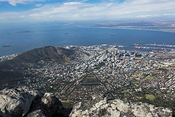 Na face norte da Montanha da Mesa, agora sem nuvens, a vista da Cidade do Cabo (Foto: © Haroldo Castro/Época)