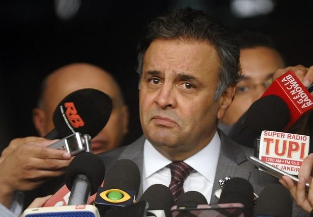 O senador Aécio Neves (PSDB-MG) fala com jornalistas (Foto: Marcos Oliveira/Agência Senado)