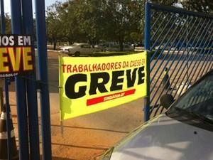 Carro bloqueia acesso a um dos portões da sede da Companhia de Saneamento Ambiental do Distrito Federal (Foto: Luiza Facchina/G1)