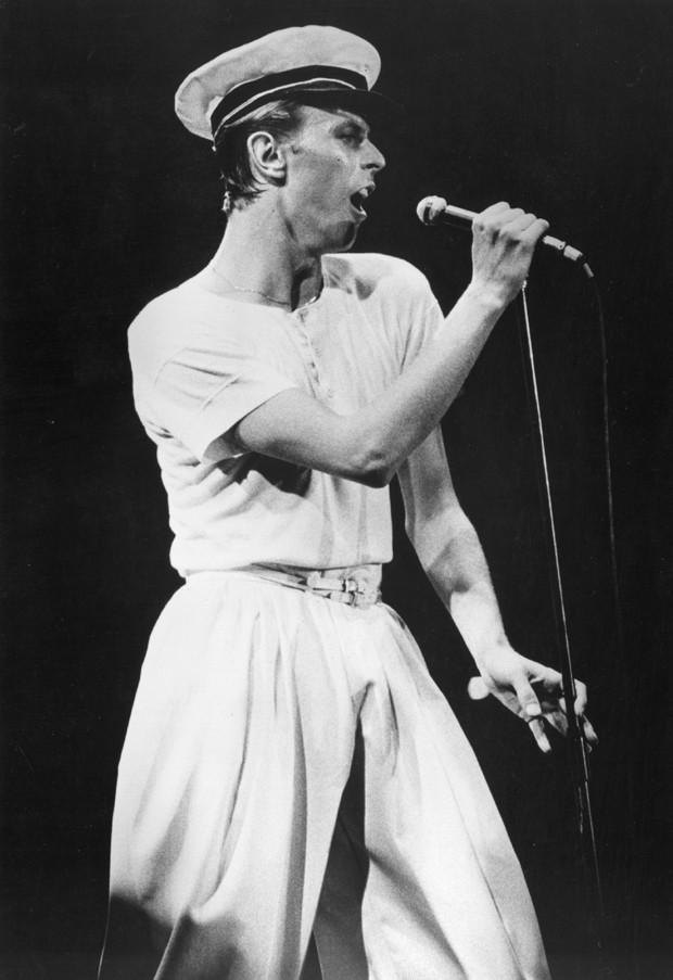 David Bowie em sua primeira fase alfaiataria (Foto: Getty Images)