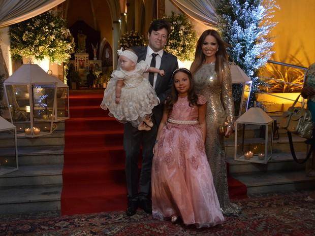 Solange Almeida com as filhas Maria Esther e Estrela e com o empresário Wagner Miau no casamento de Xand em Fortaleza, no Ceará (Foto: Felipe Souto Maior/ Ag. News)