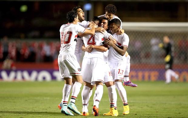 Maicon comemora gol do São Paulo contra o Atlético-Pr (Foto: Getty Images)