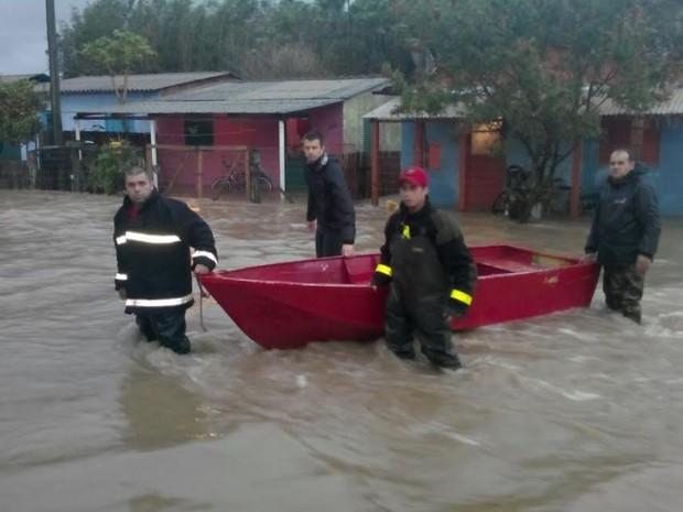 Água invade casas e moradores se abrigam em escola em Tapes, RS