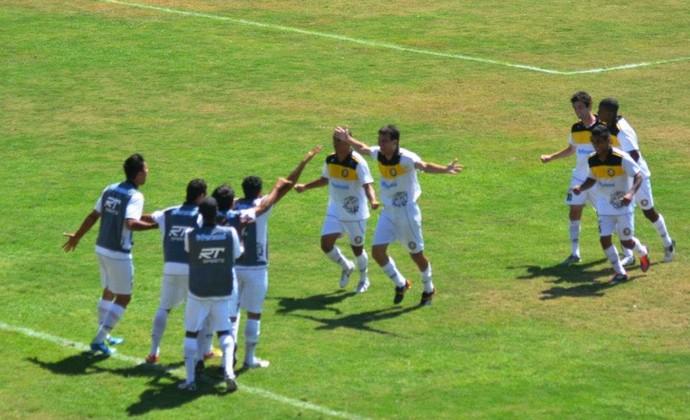 Joseense comemora acesso à Série A3 de 2013 (Foto: Silvana Rita/ CAJ)