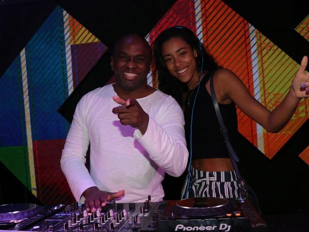 DJ Cassiano e atriz francesa Yara Charry  em festa no Rio (Foto: Fred Pontes/ Divulgação)