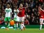 Manchester United leva susto, mas vira com gol e assistência de Mata