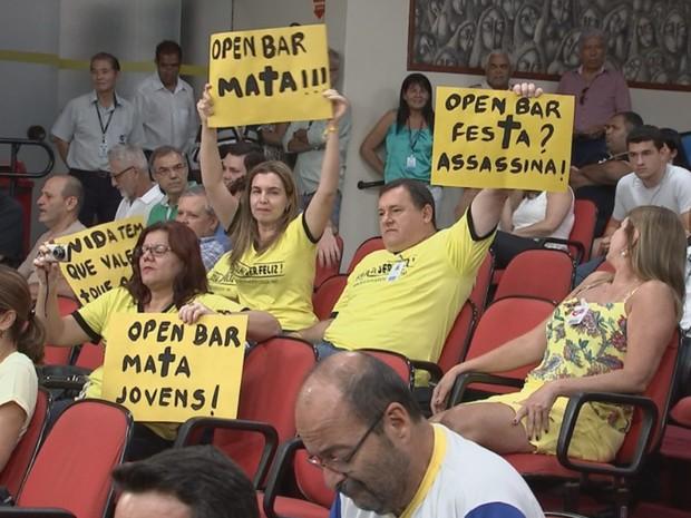 Manifestantes a favor ao fim das festas open bar em Rio Preto (Foto: Reprodução / TV TEM)
