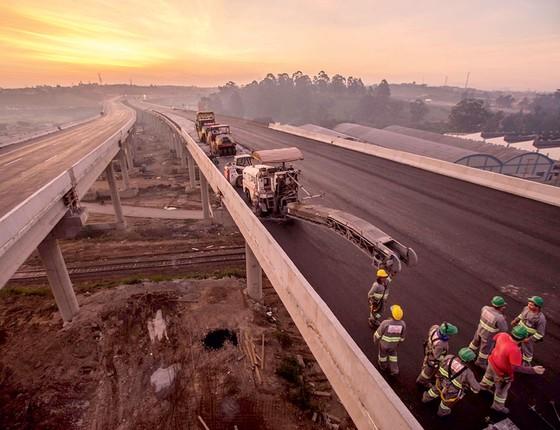 Operários trabalham na construção do trecho leste do Rodoanel, em Suzano (SP (Foto: Marlene Bergamo/Folhapress)